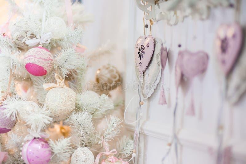 Ветвь рождественской елки украшенной с орнаментами стоковое фото rf
