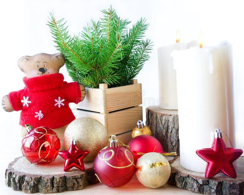 Ветвь рождественской елки, звезд, шариков, игрушек и свечей стоковая фотография rf
