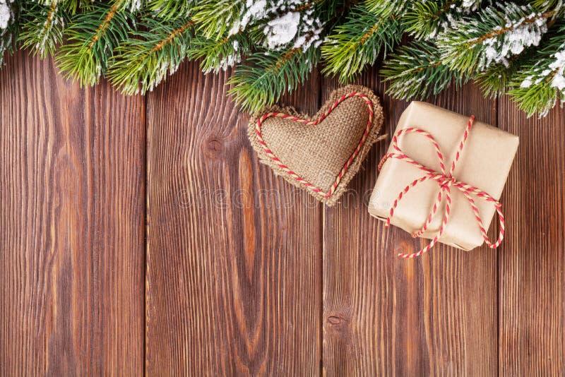 Ветвь рождественской елки с подарочной коробкой и игрушкой сердца стоковое фото rf