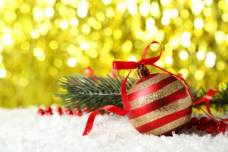 Ветвь рождественской елки с шариком на снеге, конец вверх стоковое изображение rf
