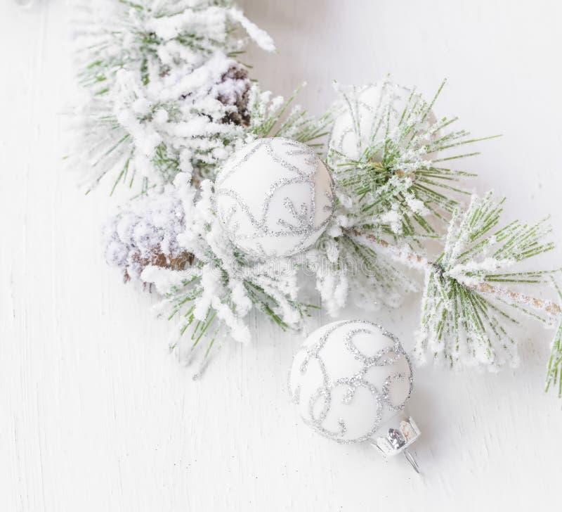 Ветвь сосны Snowy праздничная с серебром и белым украшением шариков стоковое изображение rf