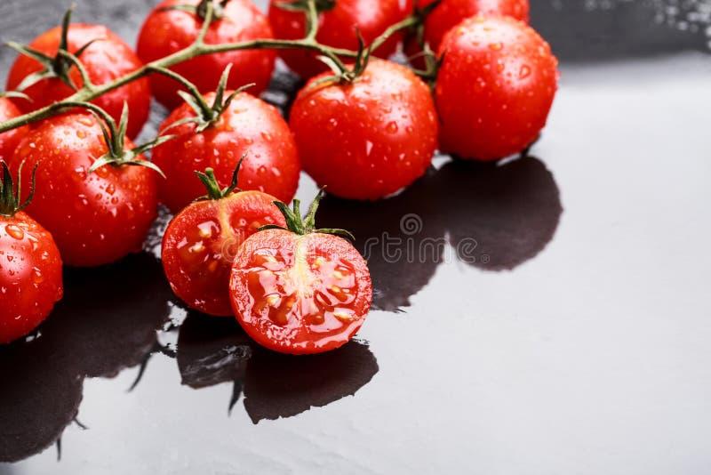 Ветвь томатов вишни стоковые фото