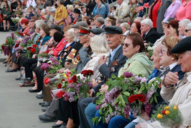 Ветераны наблюдают парад предназначенный к победе в WWII Россия стоковое фото