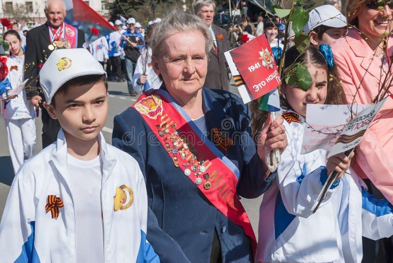 Ветераны спорта при дети идя на парад стоковое фото rf