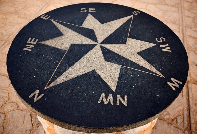 ветер поднял компас от камня стоковая фотография rf