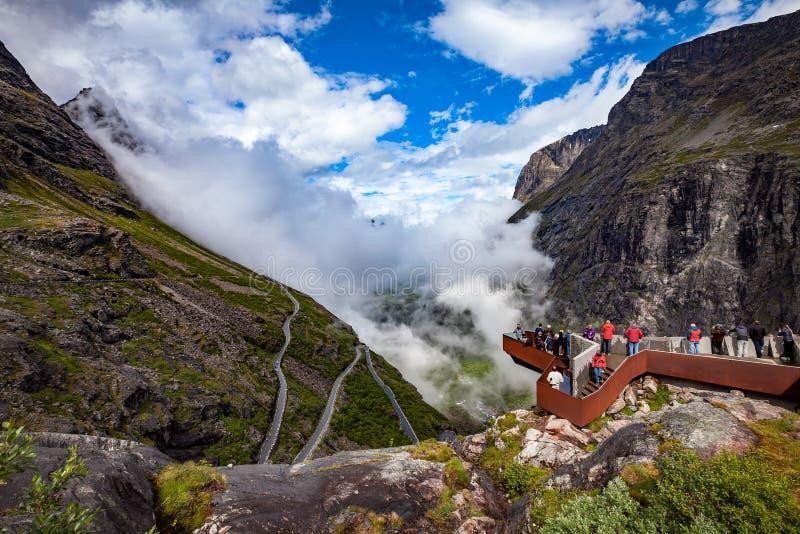 Ветер пути Trollstigen или Trollstigveien ` s тролля платформы просмотра стоковые фото