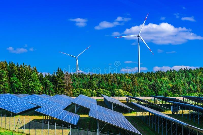 ветер турбин источника фермы альтернативной энергии Ветрянка стоковая фотография