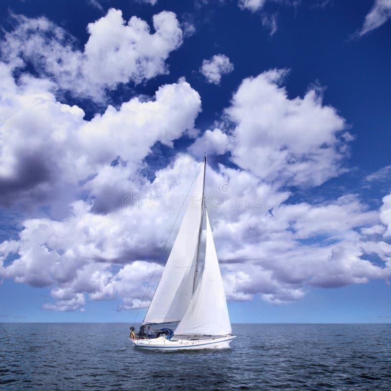 ветер sailing шлюпки стоковое фото