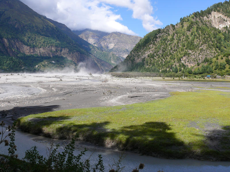 Ветреная долина реки Kali Gandaki, Непала стоковые фотографии rf