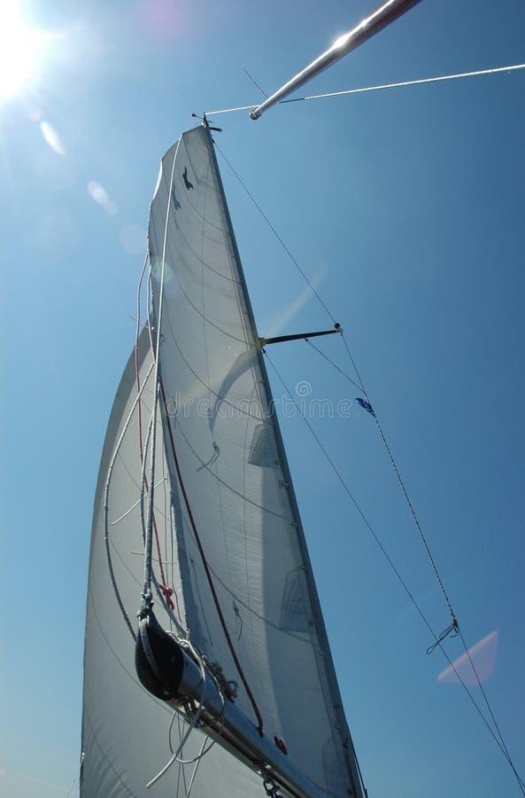 Download ветрила греют на солнце белизна Стоковое Изображение - изображение насчитывающей солнечно, mainsail: 1177679