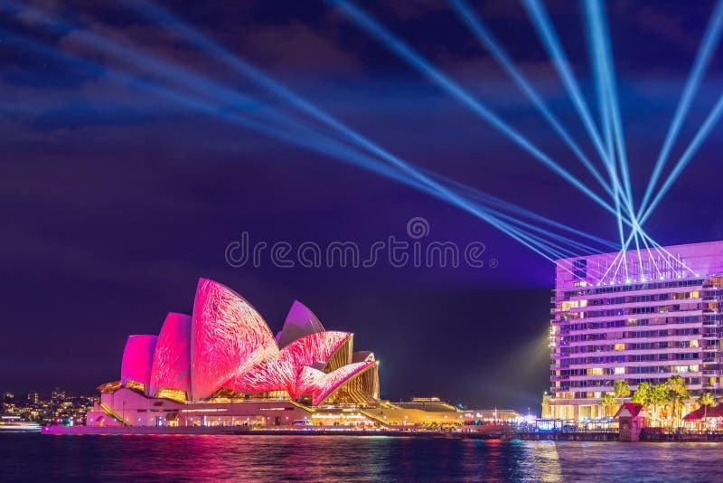 Ветрила оперного театра Сиднея осветили вверх в цвете на ярком светлом фестивале стоковые изображения rf