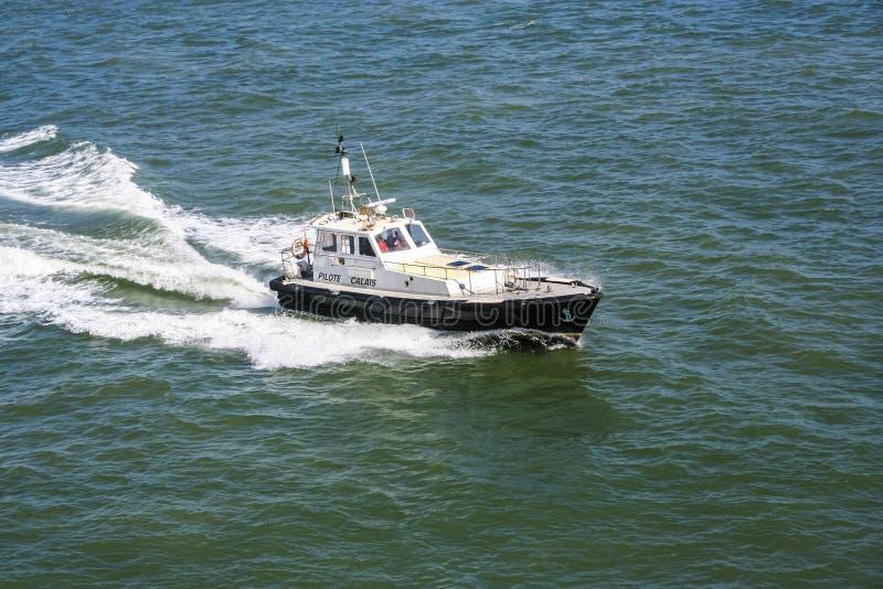 Ветрила пилотной шлюпки от порта Кале, Франции на английском канале стоковая фотография
