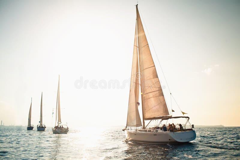 ветрила sailing грузят белые яхты стоковые фотографии rf