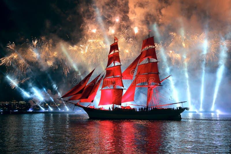 Ветрила шарлаха торжества показывают во время фестиваля белых ночей стоковое изображение
