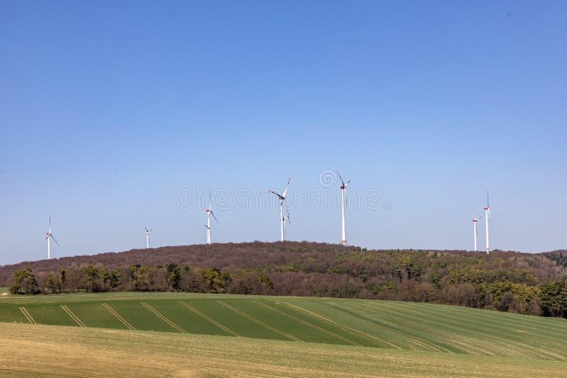 ветрогенератор производит электричество стоковые фотографии rf