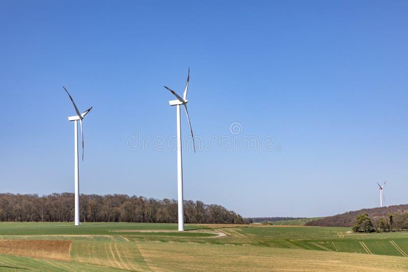 ветрогенератор производит электричество стоковое фото rf
