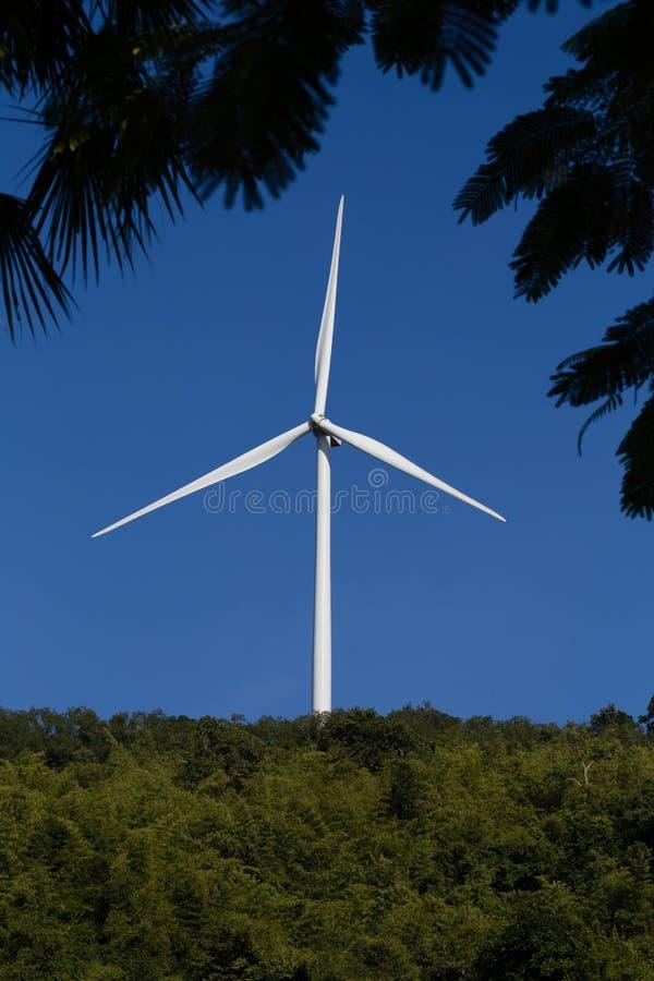 Ветротурбина на горе стоковые фотографии rf