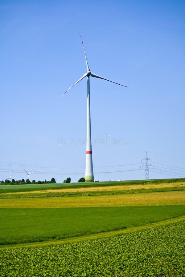 Ветротурбина на поле в Баварии, Германии стоковые изображения