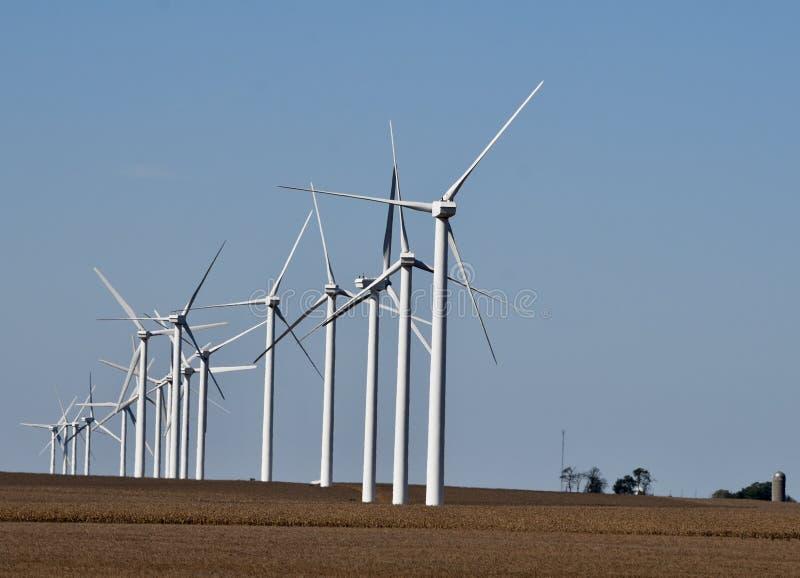 Ветротурбина над полем сои стоковая фотография rf