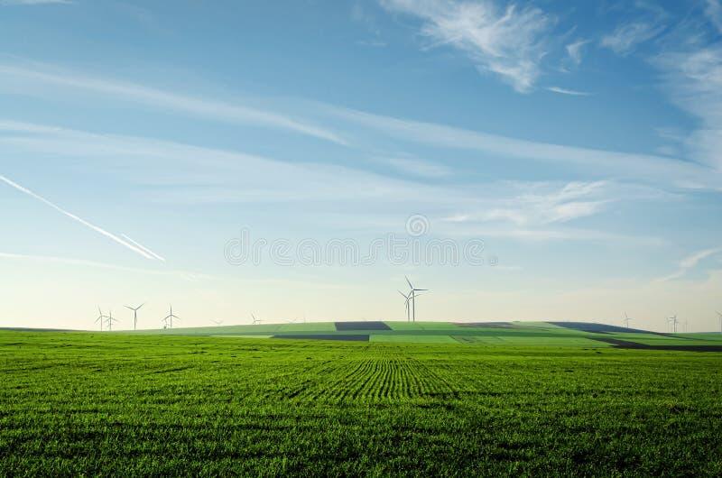 Ветротурбина на предпосылке земли стоковая фотография rf