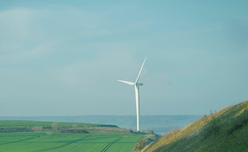 Ветротурбина на холме стоковая фотография rf