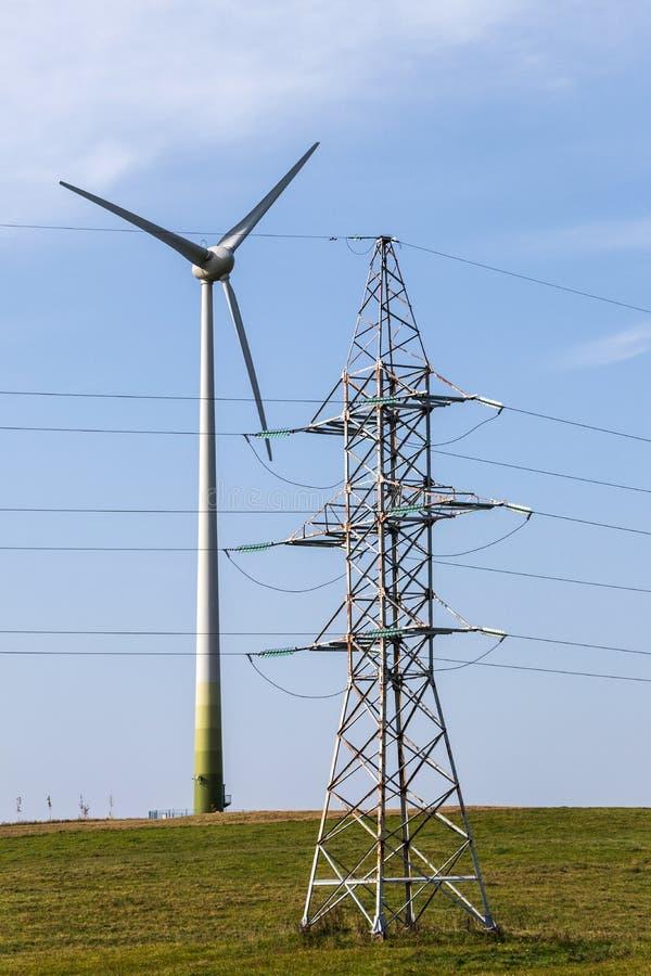 Ветротурбина производит электричество для домочадцев и индустрии стоковая фотография