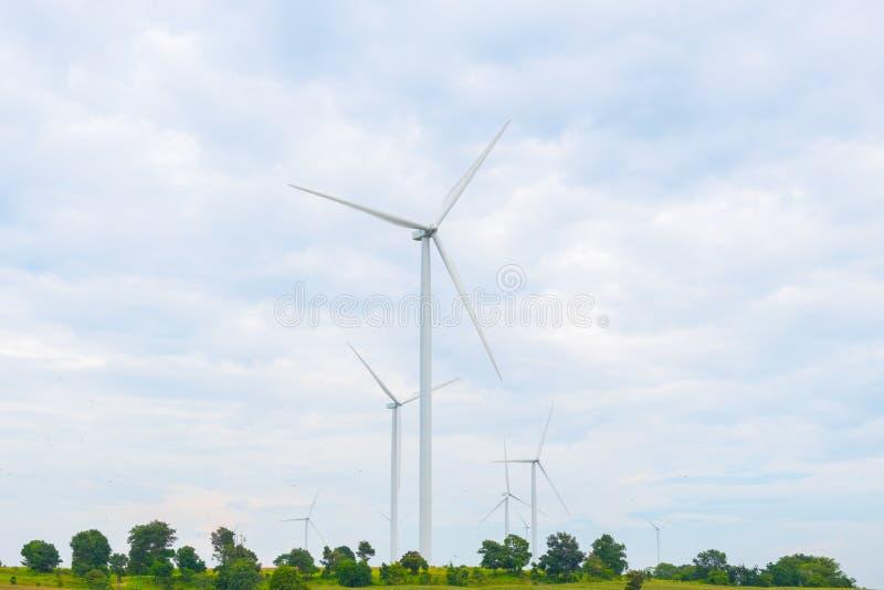 Ветротурбина сделала возобновляющую энергию на поле, голубом небе и предпосылке облака на Chaiyaphum Таиланде стоковые фото