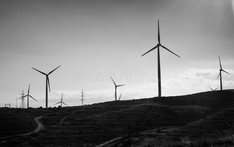 Ветротурбина для альтернативной энергии ветер турбины силы штепсельной вилки панели удерживания руки зеленого цвета eco принципиа стоковое изображение
