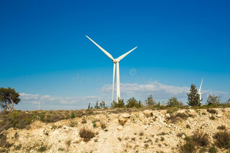 Ветротурбина для альтернативной энергии ветер турбины силы штепсельной вилки панели удерживания руки зеленого цвета eco принципиа стоковая фотография