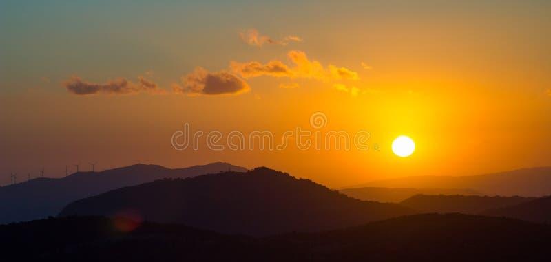 Ветротурбины в холмах Сардинии во время захода солнца стоковая фотография rf
