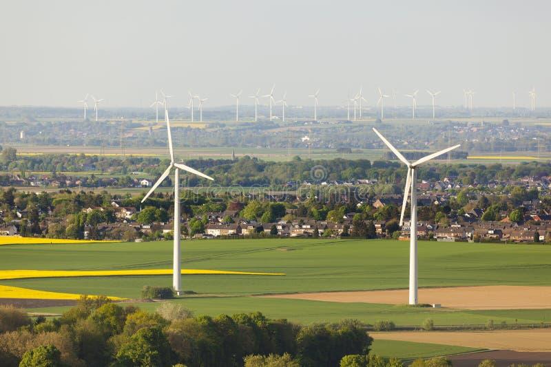 Ветротурбины и поля рапса стоковая фотография rf