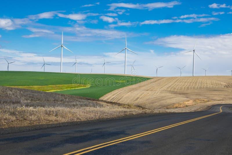 Ветротурбины и пшеничные поля в восточном Орегоне стоковое изображение