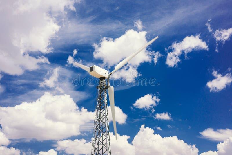 Ветротурбины которые производят электричество в полях Европы стоковые изображения rf