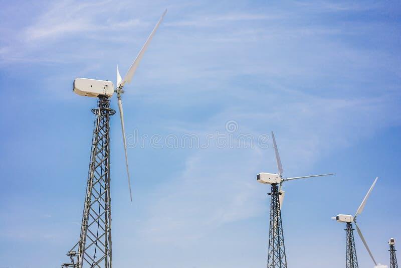 Ветротурбины которые производят электричество в полях Европы стоковая фотография