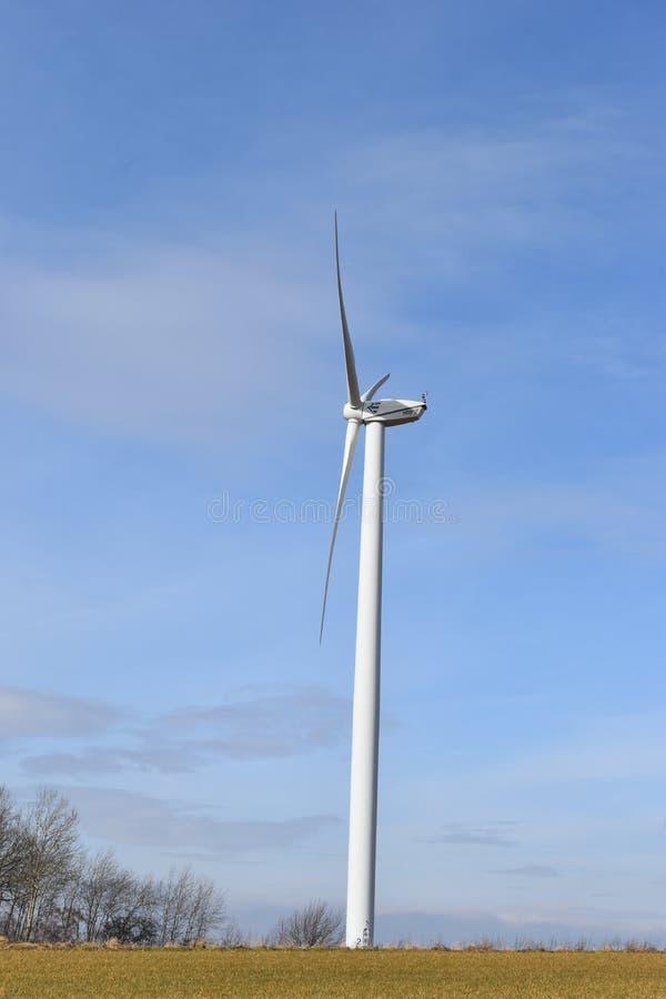 Ветротурбины на солнечный день с голубым небом в Касселе, Германии стоковые изображения rf
