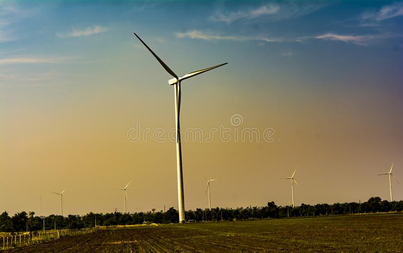 Ветротурбины на теплой предпосылке неба стоковое фото