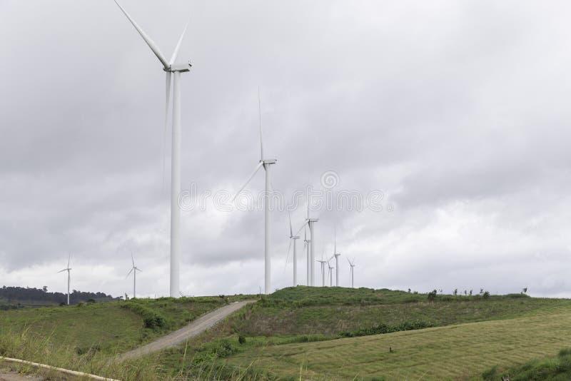 Ветротурбины производя электричество, ландшафт с холмами стоковые фотографии rf