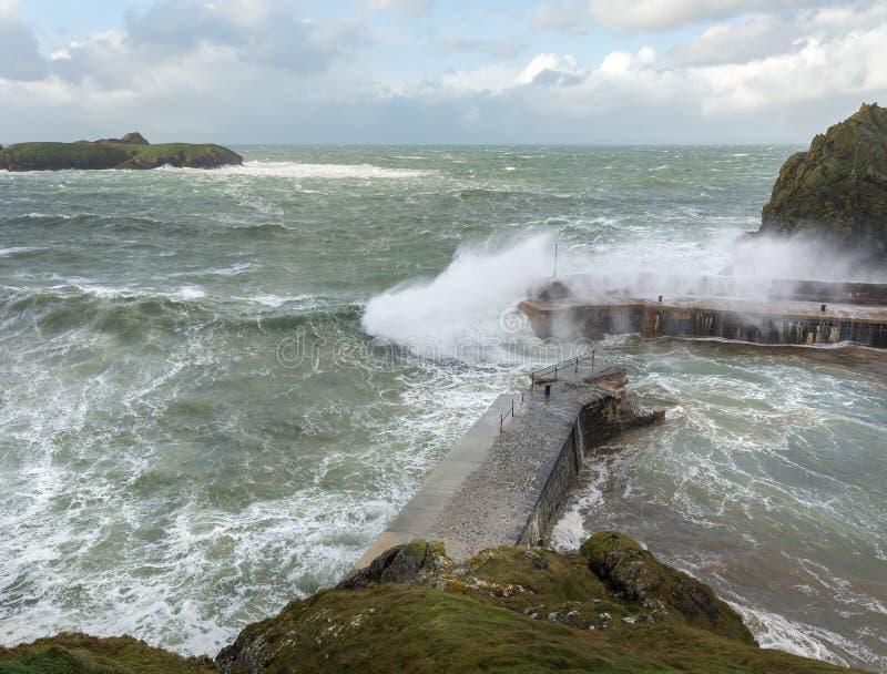 Ветры силы шторма, бухта Mullion, Корнуолл стоковое фото