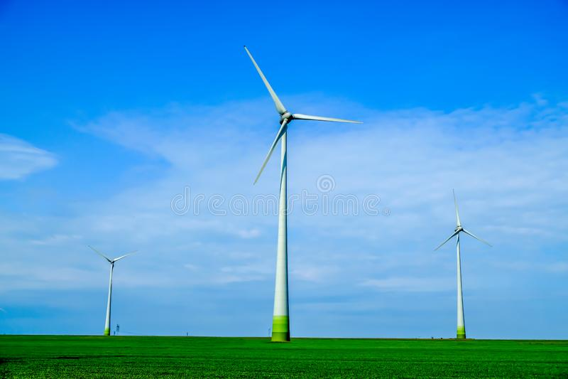 ветрянка ветра турбины силы энергии зеленая самомоднейшая стоковые изображения