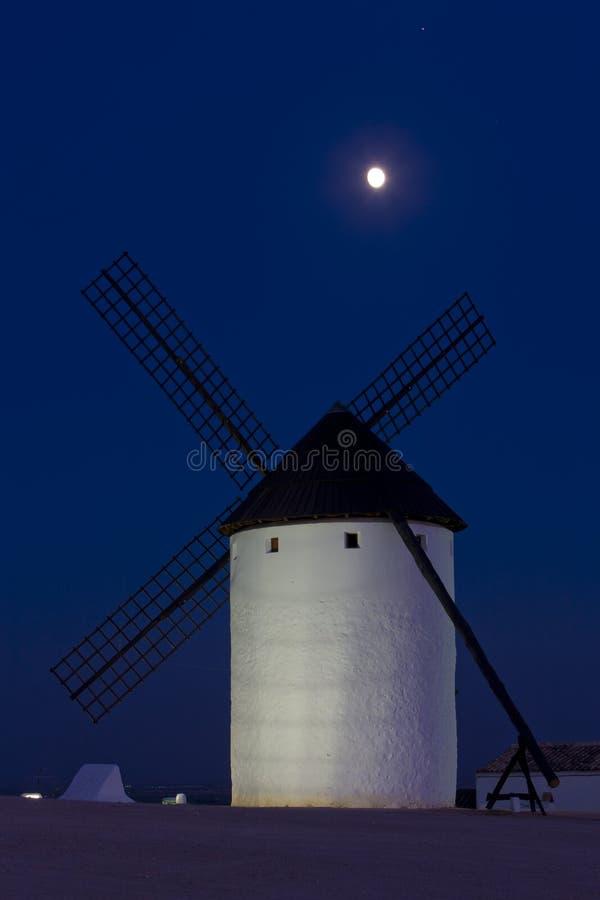 ветрянка вечером, Campo de Criptana, Кастили-Ла Mancha, Испания стоковое изображение rf