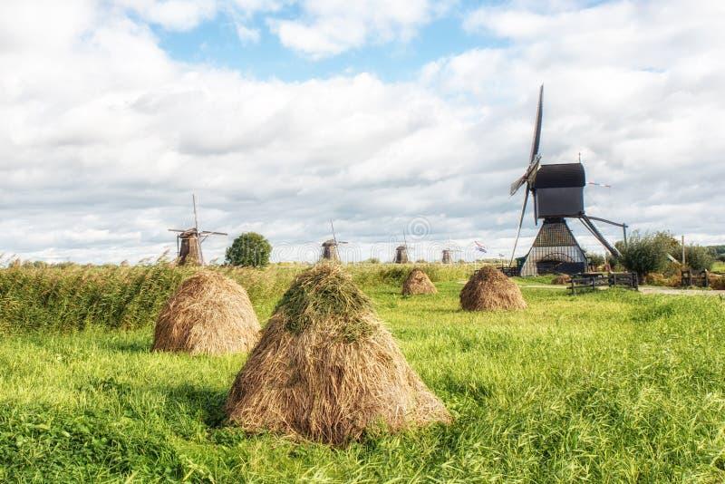Ветрянка и стога сена стоковое фото