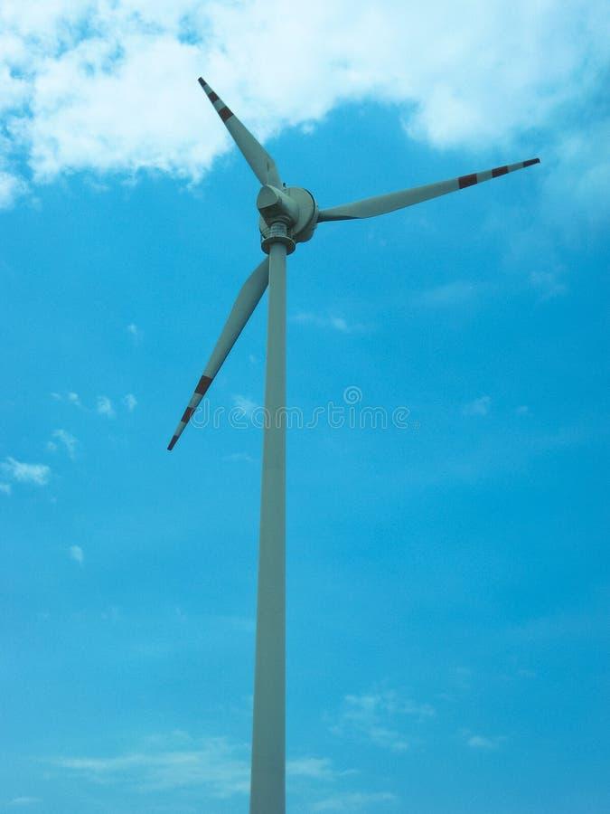 Ветрянка на предпосылке неба стоковые изображения rf