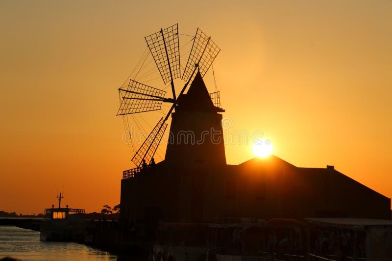 Ветрянка Сицилии лета marsala захода солнца соляная стоковые изображения rf