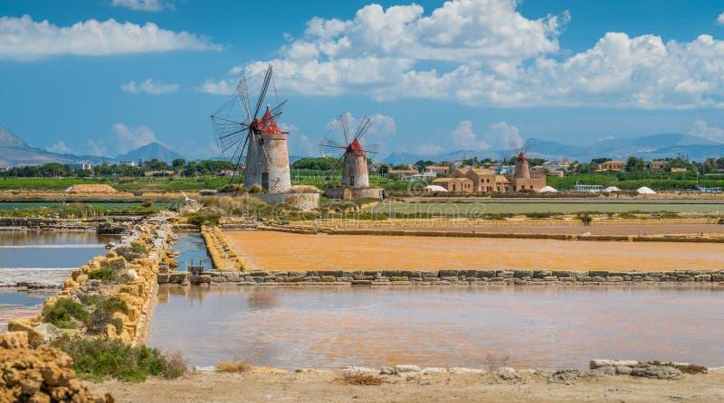 Ветрянки на природном заповеднике ` Stagnone dello ` соляного около Marsala и Трапани, Сицилии стоковые фотографии rf