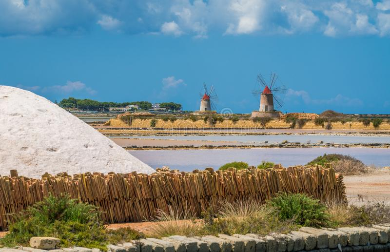 Ветрянки на природном заповеднике ` Stagnone dello ` соляного около Marsala и Трапани, Сицилии стоковое изображение
