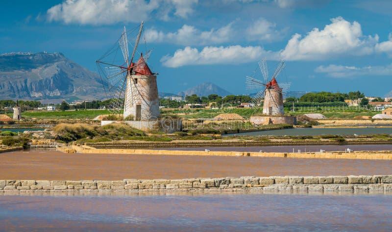 Ветрянки на природном заповеднике ` Stagnone dello ` соляного около Marsala и Трапани, Сицилии стоковые фото