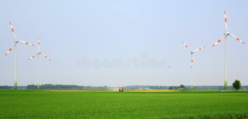 ветрянки трактора поля средние стоковое изображение