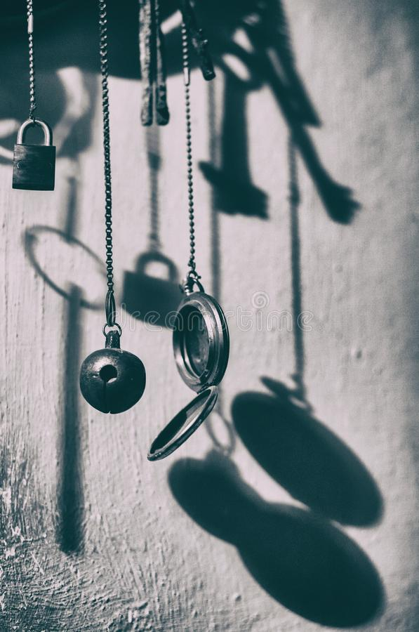 Ветр-перезвон от старых вещей металла сбор винограда типа лилии иллюстрации красный стоковые фото