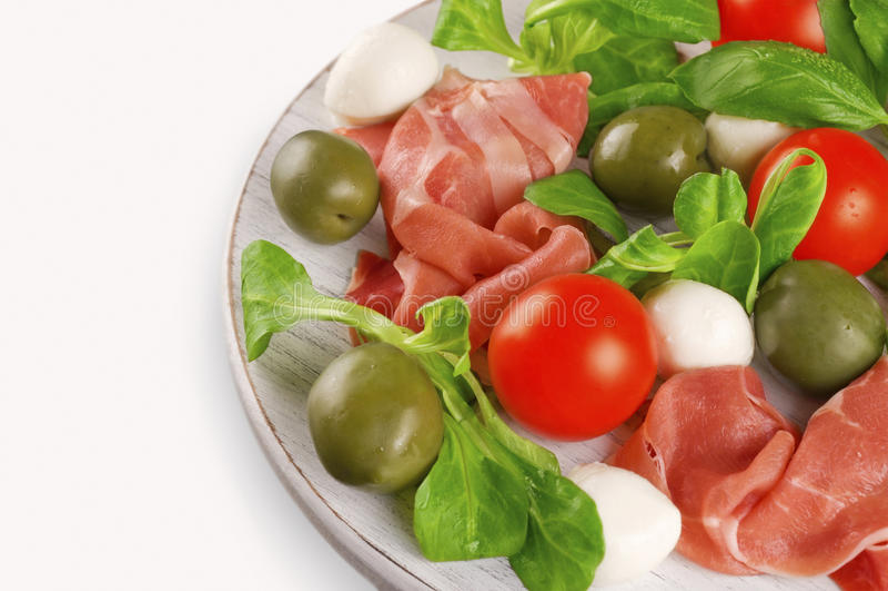 Ветчина, моццарелла, томаты вишни, салат и оливки стоковое изображение