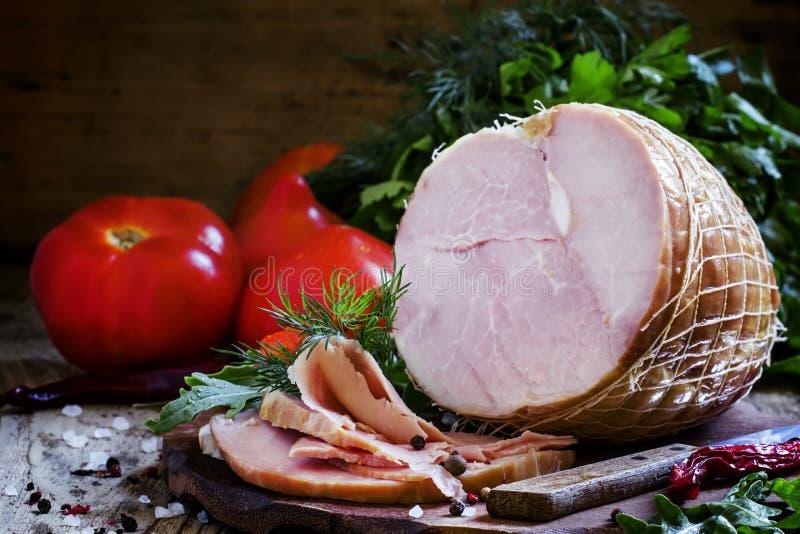 Ветчина свинины, травы и специи, винтажная деревянная предпосылка, все еще lif стоковое изображение rf